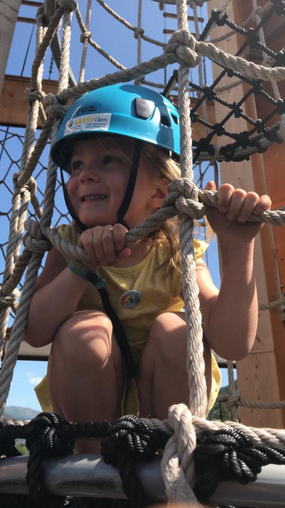 Barn i klatretårnet Lom aktivitetspark