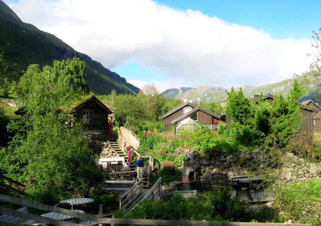 Strind gard hage og fjellgrov i bakhagen