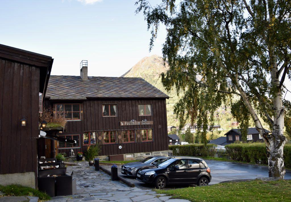 Fossheim Turisthotell inngangsparti