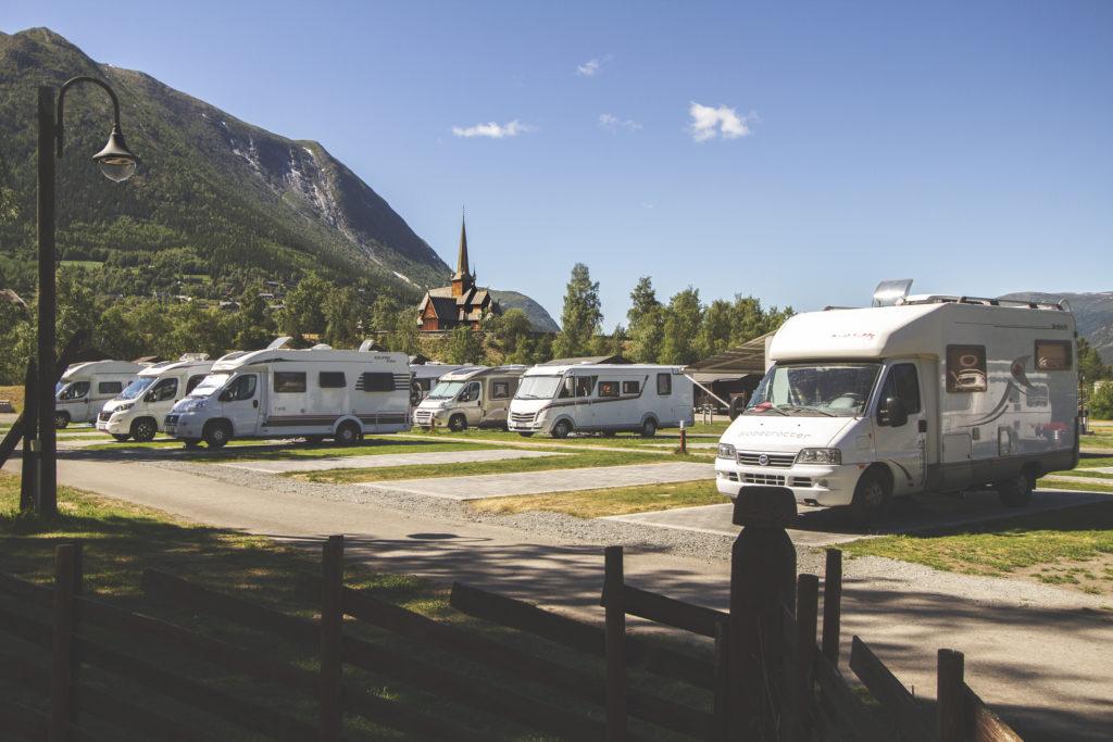 Nordal turistsenter campingplassen med Lom stavkyrkje i bakgrunnen