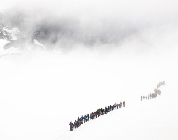 Galdhøpiggen i skodde med turfylgje på Styggebreen